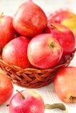 Manzanas dulces en una cesta Fotos de archivo