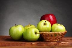 Manzanas dulces jugosas en cesta Fotografía de archivo