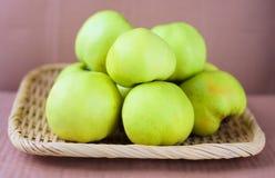 Manzanas ecológicas verdes Fotografía de archivo libre de regalías