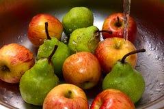 Manzanas en agua Foto de archivo libre de regalías