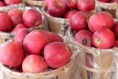 Manzanas en basketd Fotos de archivo