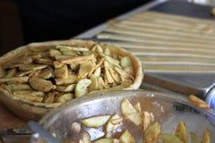 Manzanas en canela y pasta para una empanada de Apple fotografía de archivo libre de regalías