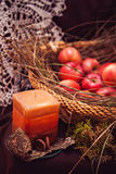 Manzanas en cesta con la vela Fotos de archivo libres de regalías