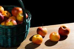 Manzanas en cesta en tablón viejo Fotografía de archivo libre de regalías