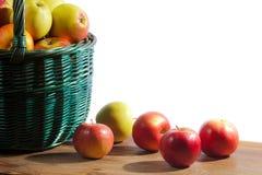 Manzanas en cesta en tablón viejo Fotografía de archivo