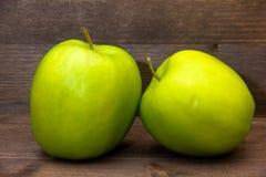 Manzanas en cierre de madera encima de opiniones imagen de archivo libre de regalías