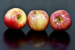 Manzanas en el cierre encima de la fotografía macra con la lente del micrófono 105m m de Nikkor Foto de archivo libre de regalías