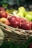 Manzanas en el colmado Imagen de archivo libre de regalías