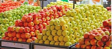 Manzanas en el contador en la tienda, supermercado, venta al por menor, venta Imágenes de archivo libres de regalías