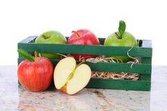 Manzanas en el embalaje de madera Fotos de archivo libres de regalías