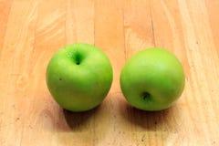 Manzanas en el fondo de madera Imagen de archivo