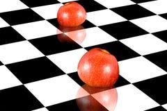 Manzanas en el tablero de ajedrez Foto de archivo libre de regalías