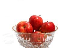 Manzanas en el tazón de fuente cristalino imagenes de archivo