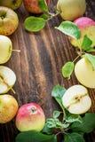 Manzanas en fondo de madera Imagen de archivo