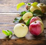 Manzanas en fondo de madera Imagenes de archivo