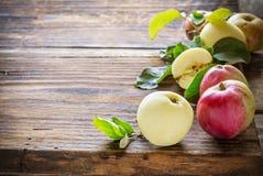 Manzanas en fondo de madera Fotos de archivo