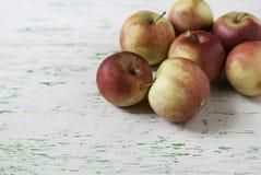 Manzanas en fondo de madera Fotografía de archivo libre de regalías