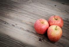 Manzanas en fondo de madera fotografía de archivo