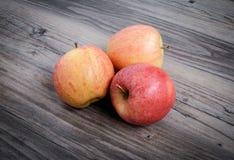 Manzanas en fondo de madera foto de archivo libre de regalías