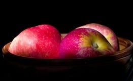 Manzanas en fondo negro Fotografía de archivo