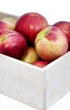Manzanas en la caja de madera en la tabla, cierre para arriba Imagenes de archivo