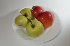 Manzanas en la placa Fotografía de archivo libre de regalías