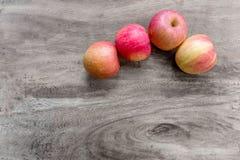 4 manzanas en la tabla de madera Fotografía de archivo libre de regalías