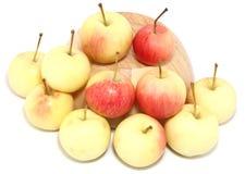 Manzanas en la taza de madera Foto de archivo libre de regalías