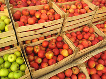 Manzanas en la venta de los embalajes en mercado Imágenes de archivo libres de regalías