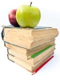 Manzanas en los libros Imagenes de archivo