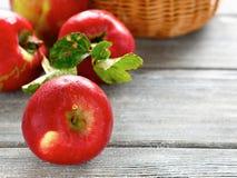 Manzanas en los tableros de madera Imagenes de archivo