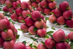 Manzanas en parada del mercado imagenes de archivo