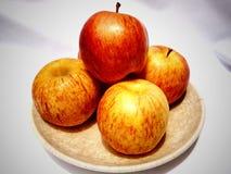 Manzanas en placa Imagen de archivo libre de regalías