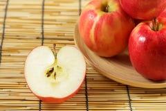 Manzanas en placas de madera Imagen de archivo libre de regalías