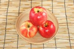 Manzanas en placas de madera Fotografía de archivo