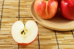 Manzanas en placas de madera Imágenes de archivo libres de regalías