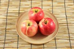 Manzanas en placas de madera Foto de archivo libre de regalías