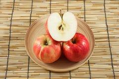 Manzanas en placas de madera Fotografía de archivo libre de regalías