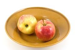 Manzanas en plato Fotos de archivo libres de regalías