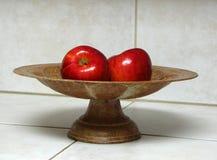 Manzanas en tazón de fuente Foto de archivo