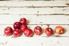 Manzanas en un fondo blanco del vintage imagenes de archivo
