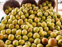 Manzanas en un soporte de la granja Fotografía de archivo libre de regalías