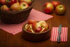 Manzanas en un tazón de fuente Fotografía de archivo libre de regalías