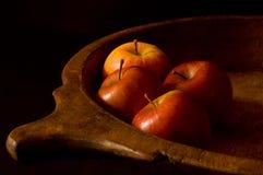 Manzanas en un tazón de fuente de madera Imagen de archivo libre de regalías