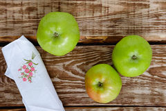 Manzanas en un vector de madera Fotos de archivo
