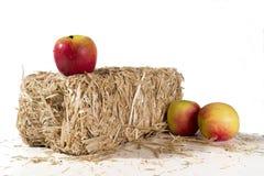 Manzanas en una bala de heno Fotografía de archivo