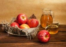 Manzanas en una cesta Foto de archivo libre de regalías