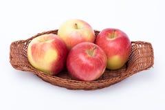 Manzanas en una cesta aislada Fotos de archivo libres de regalías