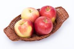 Manzanas en una cesta aislada Imágenes de archivo libres de regalías