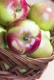 Manzanas en una cesta de mimbre Fotografía de archivo libre de regalías